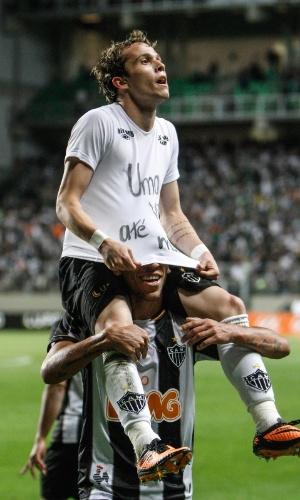 1 ago 2013 - Bernard é carregado após fazer gol do Atle?tico-MG contra Atlético-PR e pouco antes de ser expulso de campo