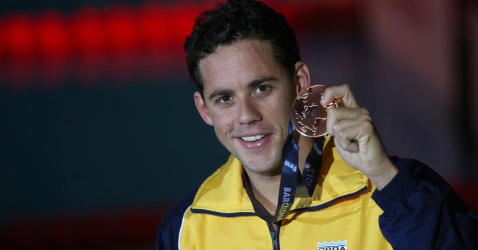 1.ago.2013 - Thiago Pereira mostra a medalha de bronze conquistada nos 200 m medley