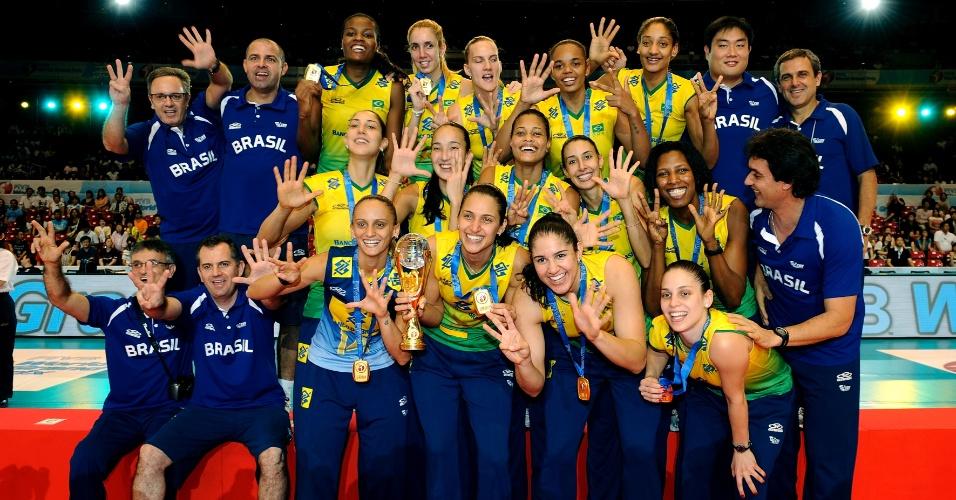 23.ago.2009 - Jogadoras e comissão técnica da seleção brasileira comemoram o título do Grand Prix