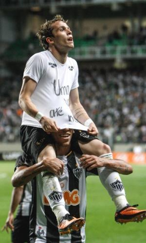 Bernard comemora gol na derrota do Atlético-MG para o Atlético-PR, por 2 a 1, no Independência (31/8/2013)