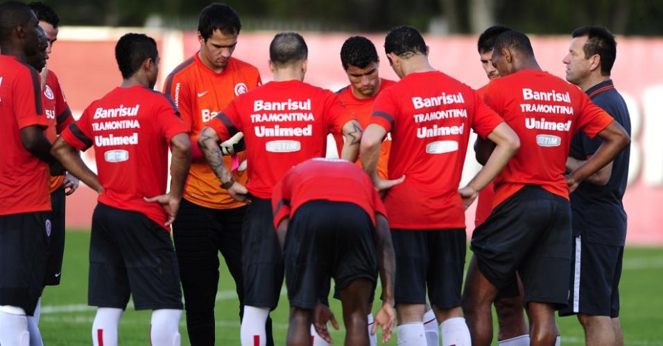 Dunga conversa com jogadores do Inter antes de coltiva no CT do Pq. Gigante (01/08/13)
