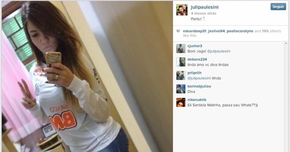 Julaina Paulesini veste camisa do Santos para acompanhar jogo do namorado, o atacante Neilton