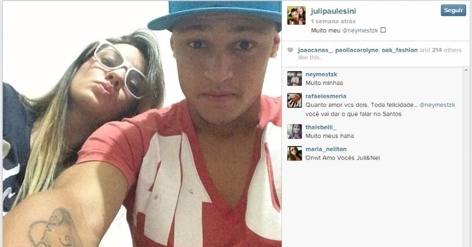 Neilton, titular do Santos, tira foto com a namorada Juliana ao fundo