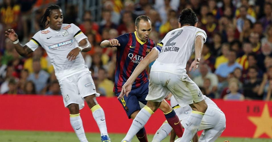 01.ago.2013 - Iniesta faz fila na defesa santista durante partida do Barcelona no Camp Nou