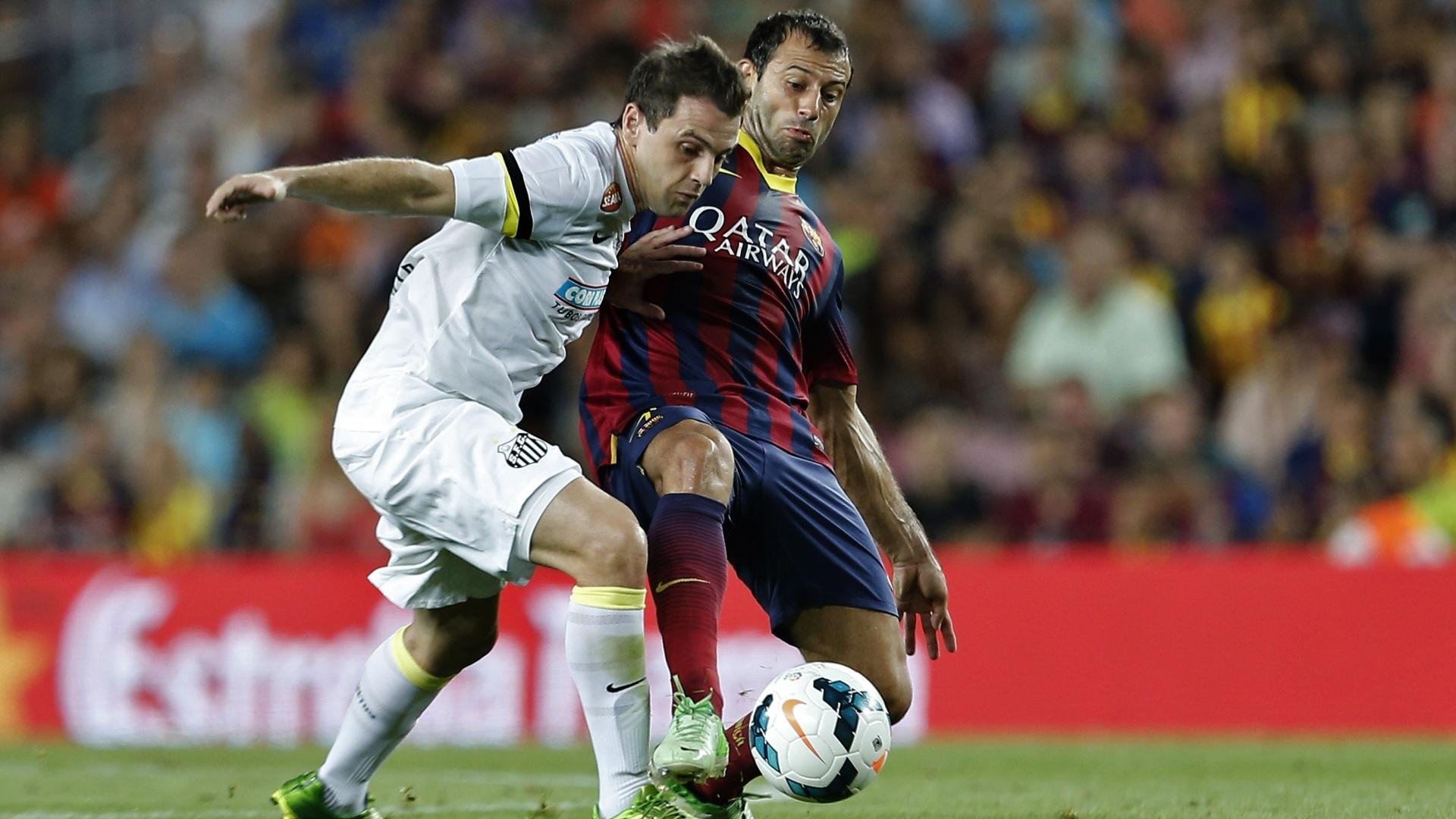 01.ago.2013 - Montillo é desarmado por Mascherano na partida entre Santos e Barcelona