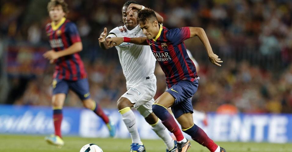 01.ago.2013 - Neymar faz arrancada e passa pela marcação de Arouca na partida entre Barcelona e Santos
