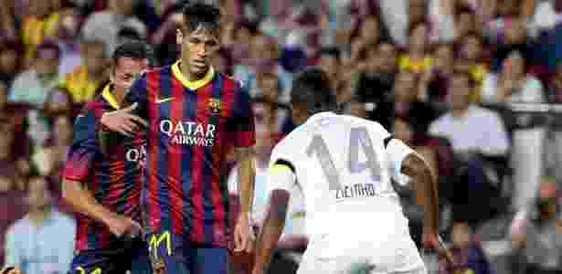 Neymar passa pela marcação de Cicinho na partida entre Barcelona e Santos - EFE/Toni Garriga