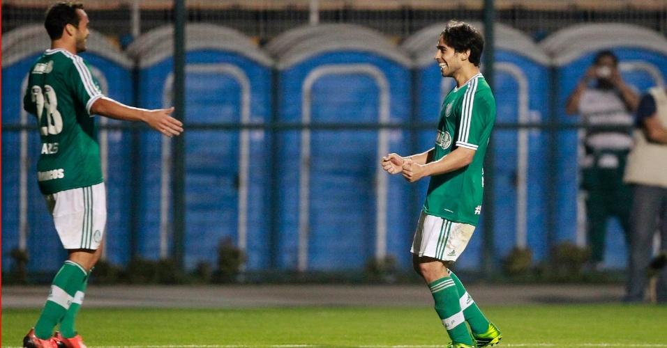 02.08.2013 - Valdivia celebra com Charles segundo gol do Palmeiras contra o Bragantino