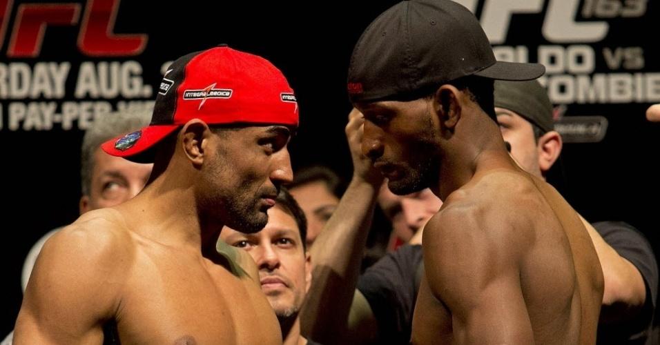 02.ago.2013 - Brasileiro Sergio Moraes (e) encara Neil Magny na pesagem do UFC Rio 4