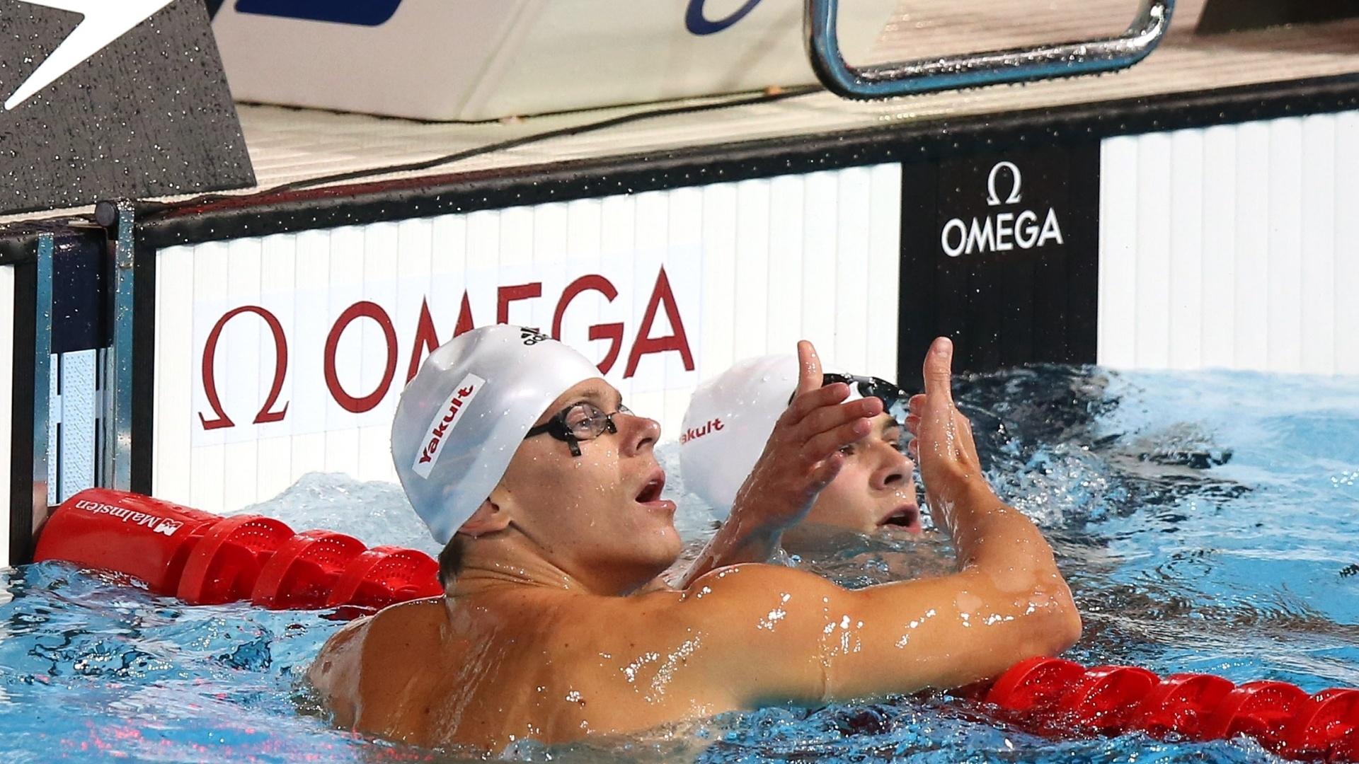 2.ago.2013 - César Cielo e Marcelo Chierighini se cumprimentam após se classificarem para as semifinais dos 50 m livre