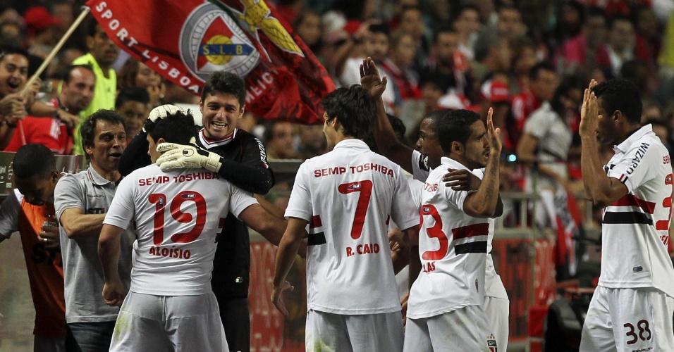 03.ago.2013 - Aloísio comemora o primeiro gol do São Paulo na vitória sobre o Benfica, no Estádio da Luz