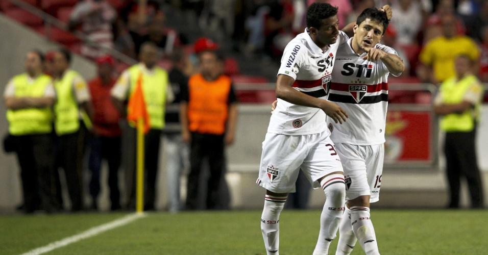 03.ago.2013 - Aloísio, atacante do São Paulo, comemora seu gol sobre o Benfica com o lateral Reinaldo