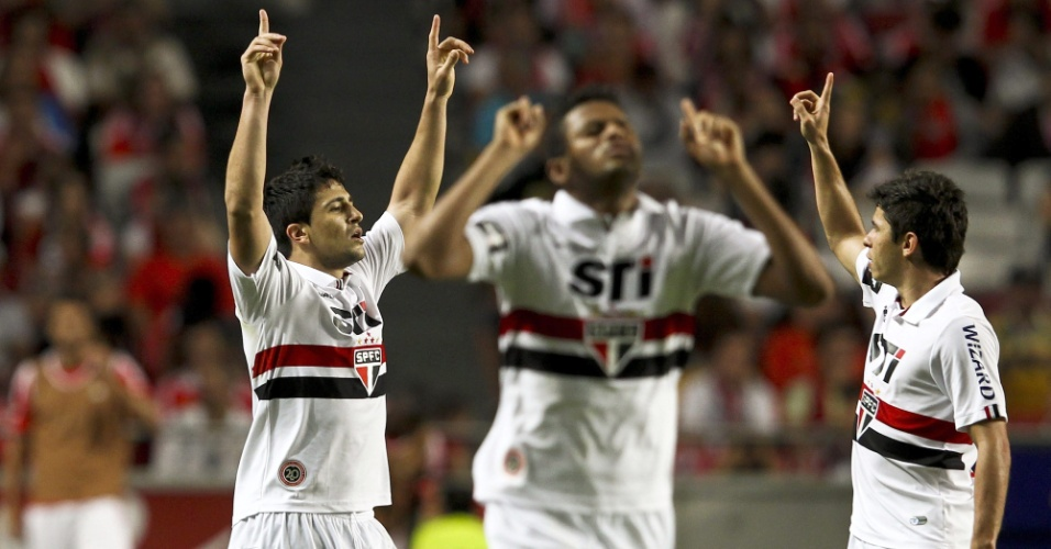 03.ago.2013 - Aloísio, autor do primeiro gol do São Paulo, ergue os braços em comemoração, assim como Reinaldo e Osvaldo