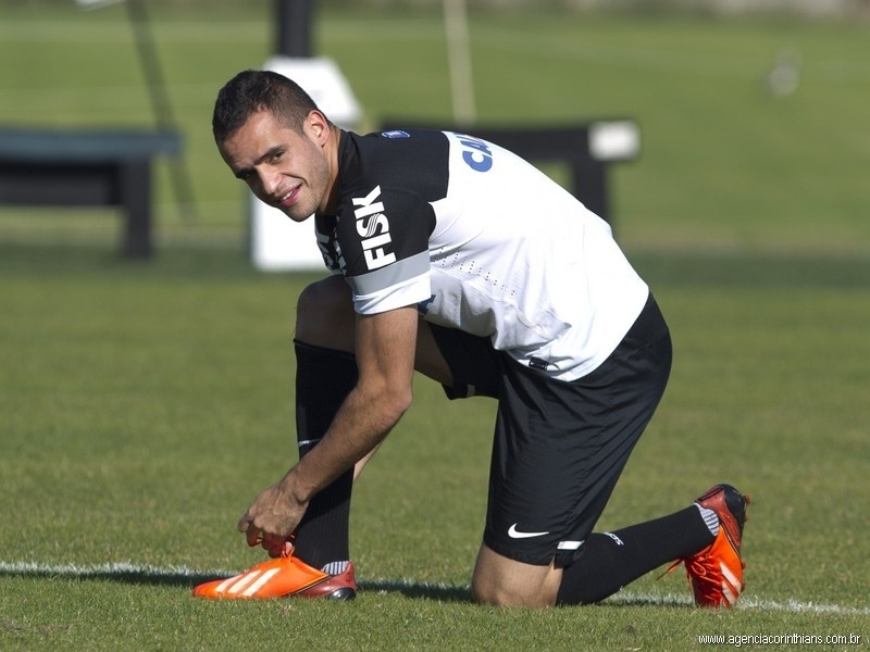 03/08/2013 - Renato Augusto, meia do Corinthians, sorri durante o último treino do clube antes do jogo contra o Criciúma