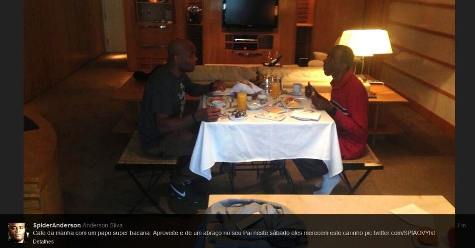 03.ago.2013 - Anderson Silva posta foto de café da manhã com seu pai, neste sábado
