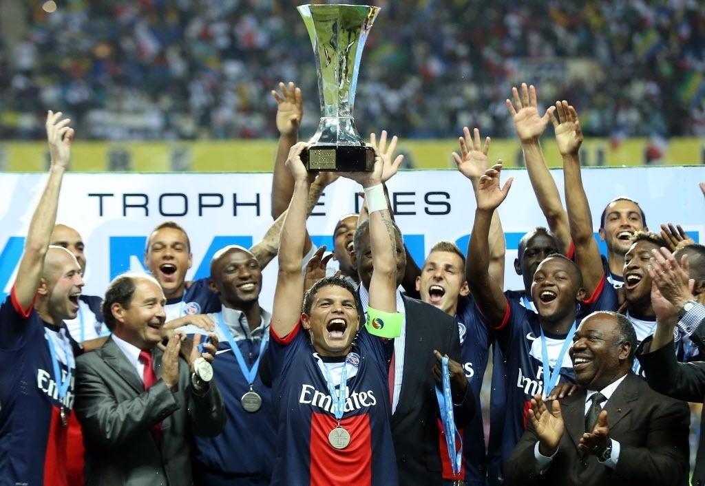 03.ago.2013 - Brasileiro Thiago Silva levanta a taça da Supercopa da França, conquistada pelo PSG