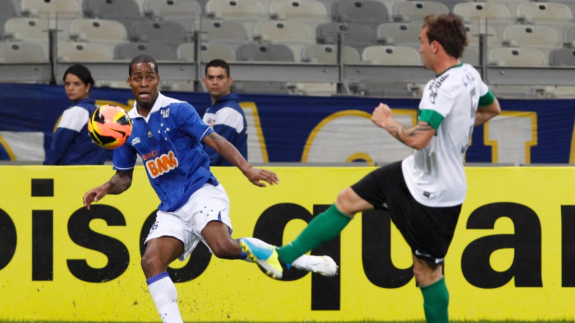 03.ago.2013 - Dedé tenta dominar a bola na partida entre Cruzeiro e Coritiba pela 11ª rodada do Brasileiro