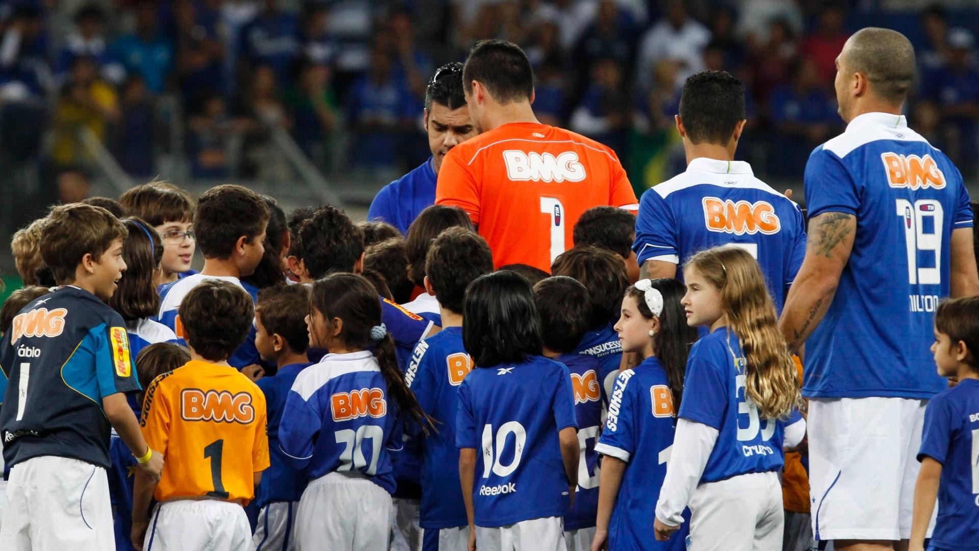 03.ago.2013 - Jogadores do Cruzeiro entram em campo para enfrentar o Coritiba no Mineirão