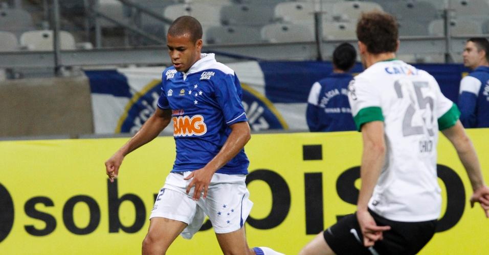03.ago.2013 - Lateral direito Maike, do Cruzeiro, tenta avançar com a bola em jogo contra o Coritiba