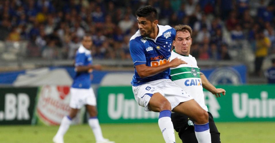 03.ago.2013 - Luan observa após cabecear a bola na partida entre Cruzeiro e Coritiba pelo Brasileiro