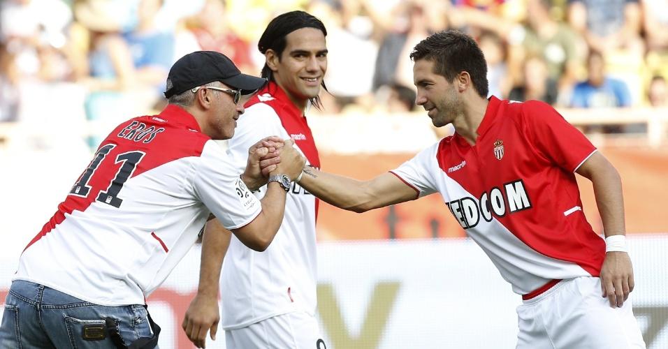 03.ago.2013 - O cantor Eros Ramazzotti foi ao gramado do estádio Lous II cumprimentar os jogadores do Monaco