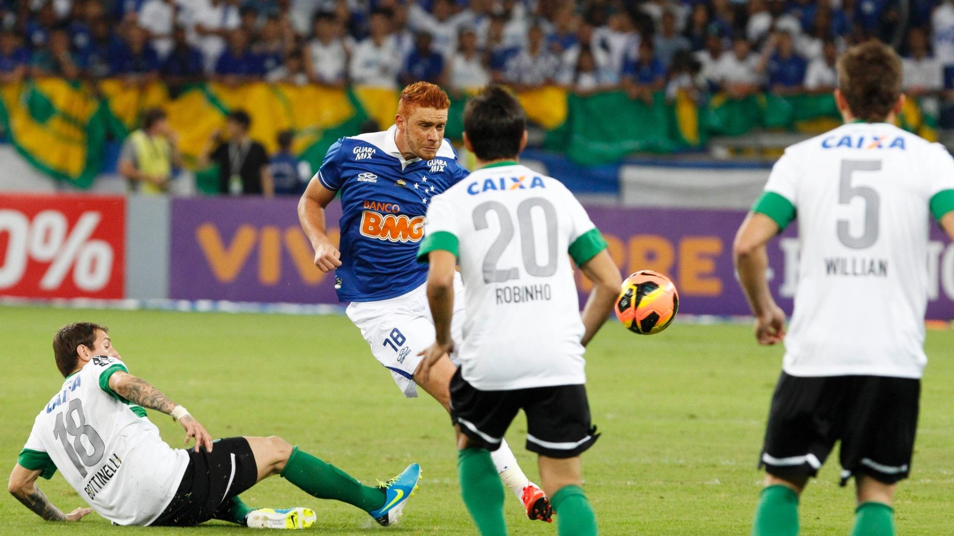 03.ago.2013 - Souza, do Cruzeiro, tenta escapar da marcação do Coritiba em partida do Brasileirão
