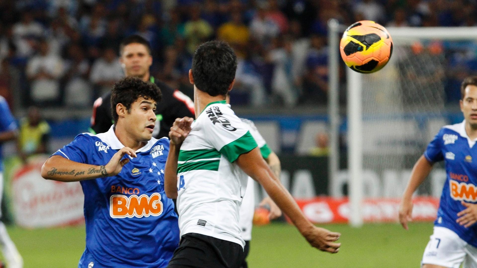 03.ago.2013 - Vinicius Araujo, do Cruzeiro, disputa a bola com jogador do Coritiba