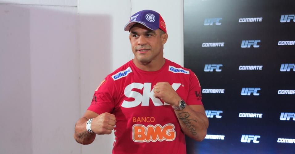 03.ago.2013 - Vitor Belfort posa para foto no tapete vermelho do UFC Rio 4