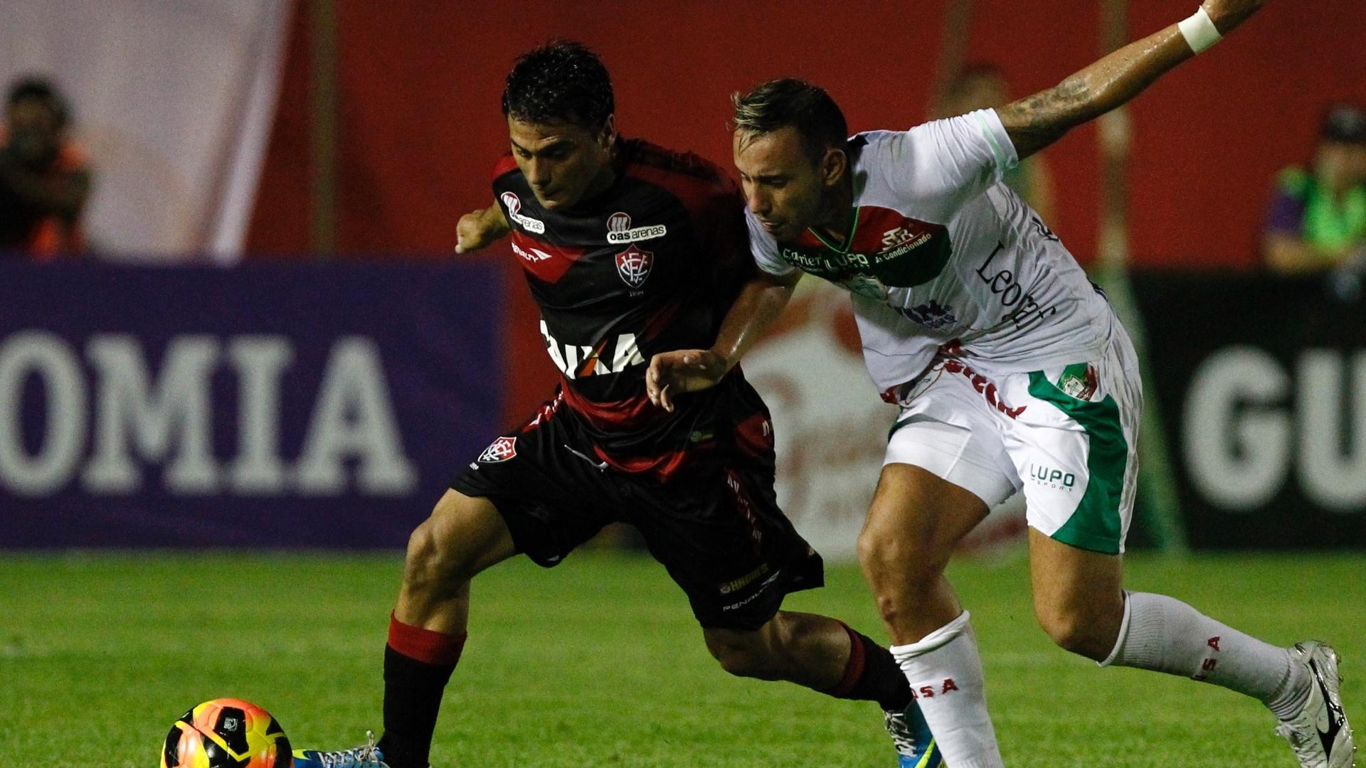 04/08/2013 - Maxi Biancucchi, atacante do Vitória, disputa a bola com Cañete, da Portuguesa, em jogo pelo Campeonato Brasileiro
