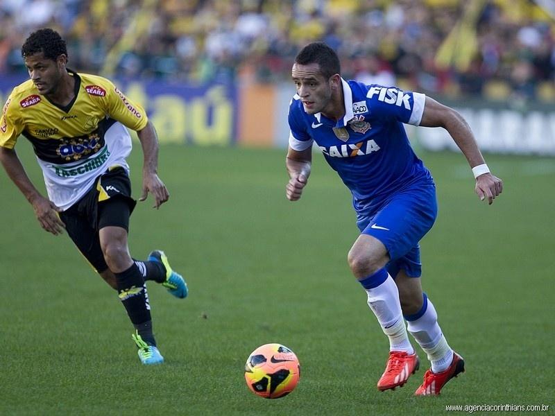 04/08/2013 - Renato Augusto, meia do Corinthians, caminha com a bola observado de perto por um jogador do Criciúma