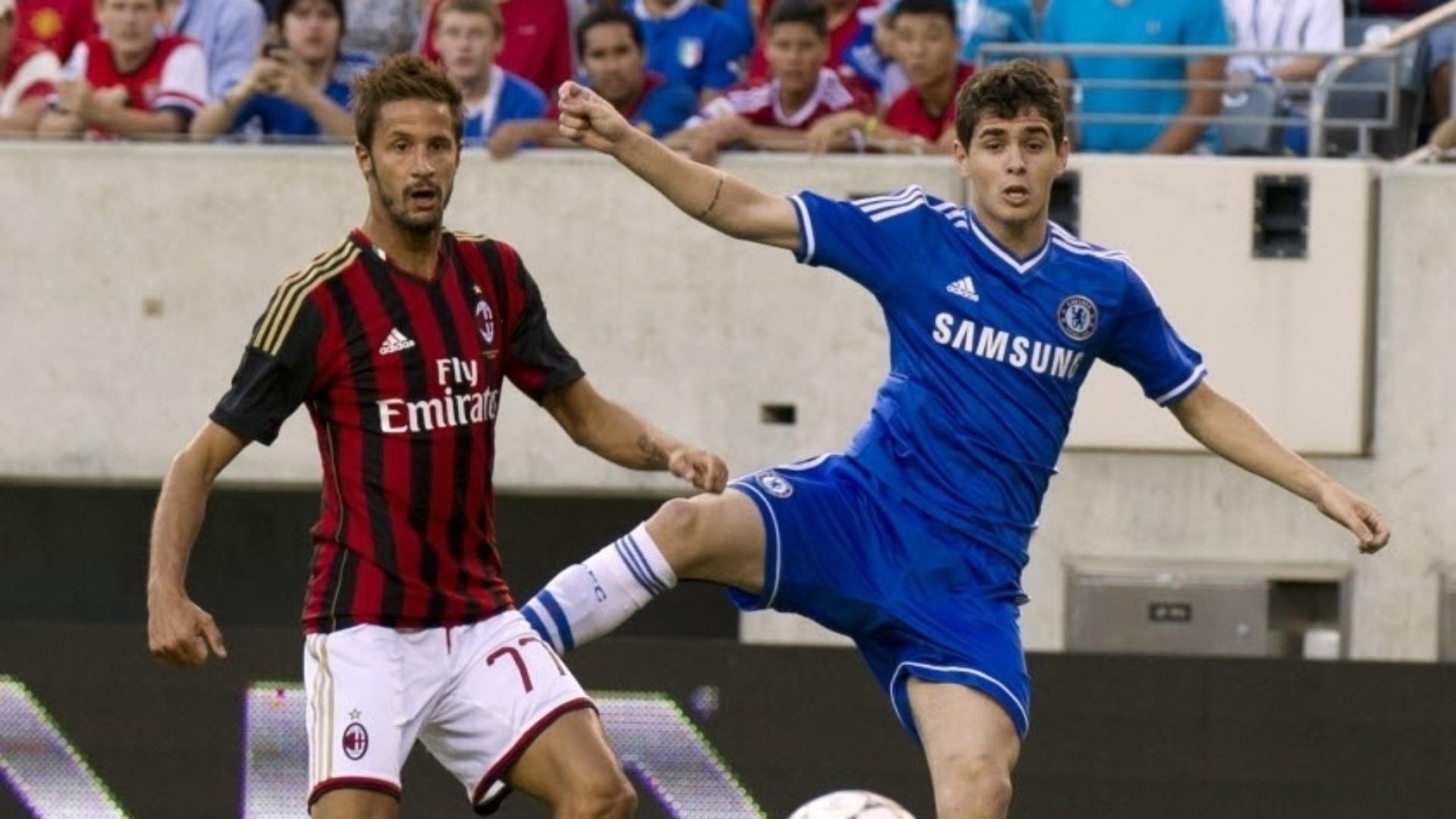 04.ago.2013 - Brasileiro Oscar observa a bola durante jogo entre Chelsea e Milan