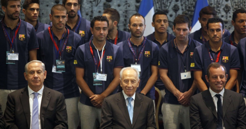04.ago.2013 - Jogadores do Barça se encontraram com o presidente de Israel, Simón Peres e com o primeiro-ministro Benjamín Netanyahu