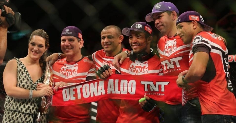 04.ago.2013 - José Aldo comemora com sua equipe e sua mulher a vitória sobre o Zumbi Coreano no UFC Rio 4
