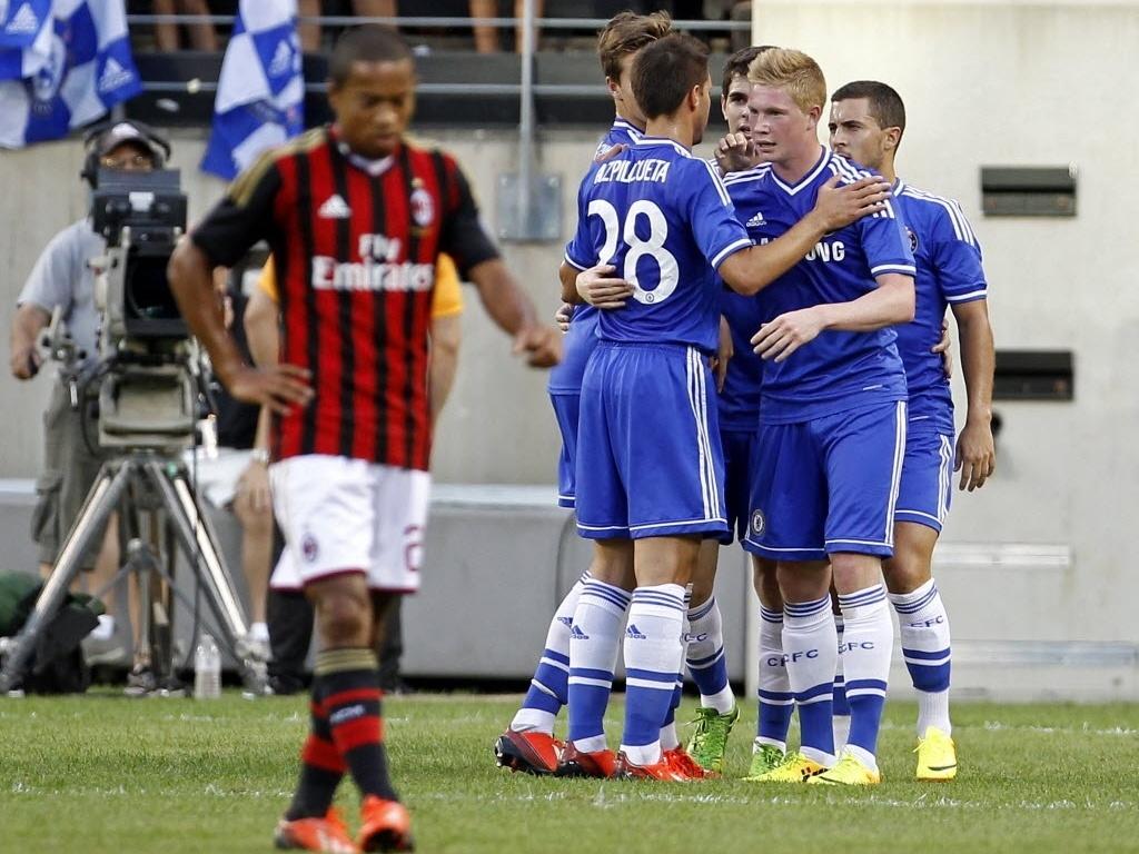 04.ago.2013 - Kevin De Bruyne comemora com companheiros de time gol do Chelsea sobre o Milan pelo torneio de rpé-temporada Champions Cup