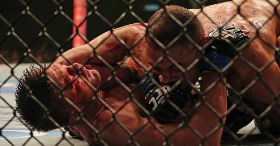 04.ago.2013 - O brasileiro Thales Leites usou bem a luta no chão, sua especialidade, para vencer Tom Watson em uma das principais lutas do UFC Rio 4