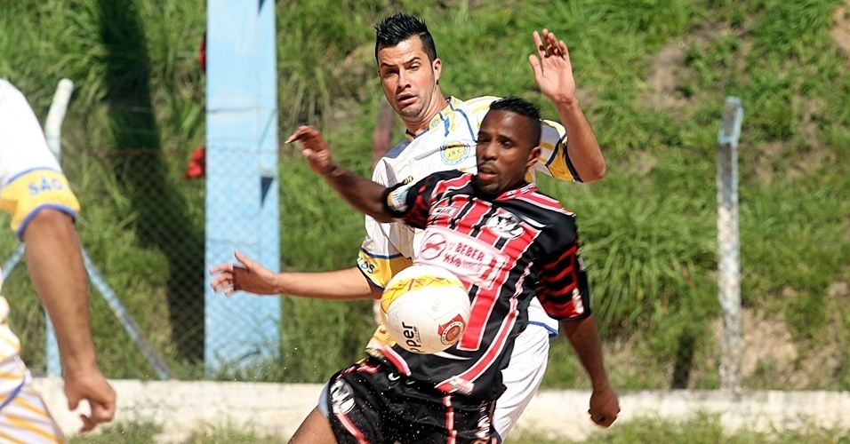 Coroado (de preto) venceu o São Carlos por 1 a 0 neste domingo pela Copa Kaiser