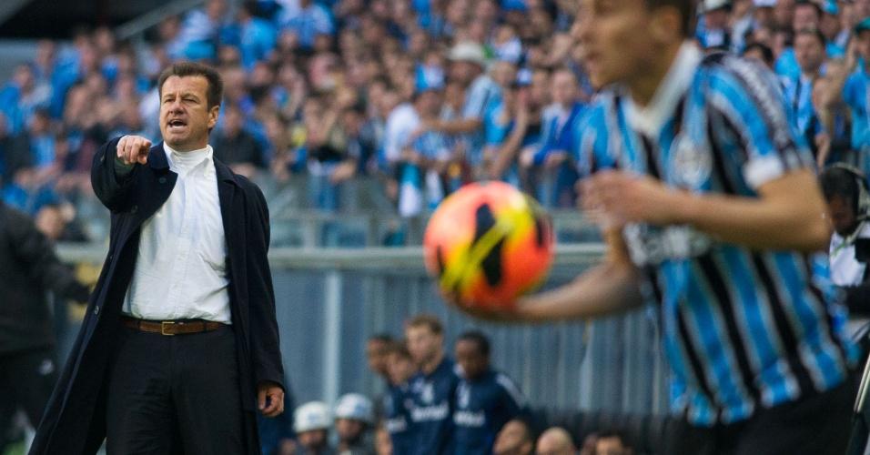 Dunga gesticula com time do Inter durante Gre-Nal 397, na Arena (04/08/13)