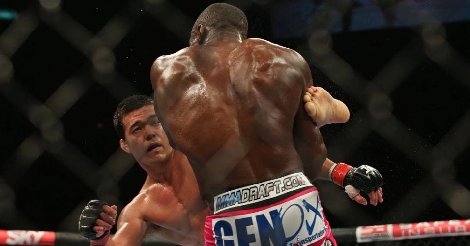 Em uma decisão bastante polêmica dos juízes, Lyoto Machida acabou derrotado por Phil Davis neste sábado à noite. O carateca do Pará não fez valer o favoritismo no UFC Rio 4 e voltou a se afastar da disputa do cinturão dos meio-pesados do Ultimate.