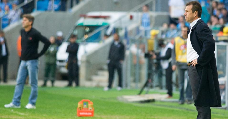 Técnico Dunga do Inter no primeiro Gre-Nal da Arena com Renato Gaúcho, do Grêmio, ao fundo (04/08/2013)