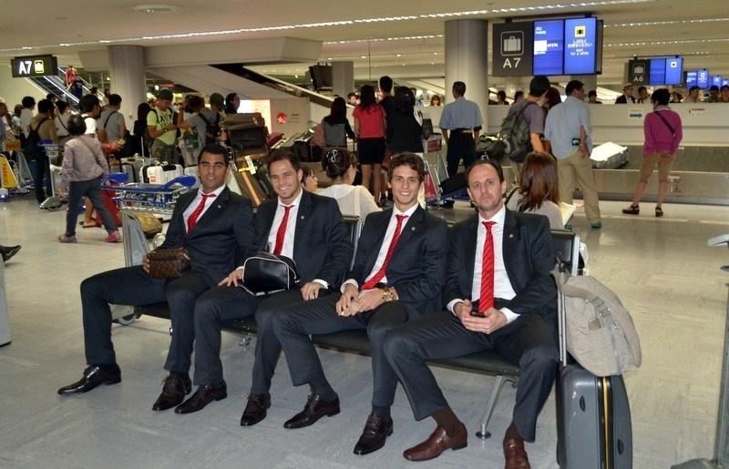 05/08/2013 - Jogadores do São Paulo, incluindo Rogério Ceni, posam para foto no aeroporto de Tóquio, no Japão, onde a delegação desembarcou para a disputa da Copa Suruga