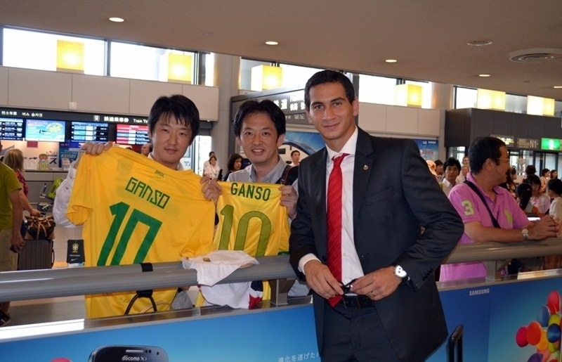 05.ago.2013 - Ganso é tietado na chegada do São Paulo ao Japão para a disputa da Copa Suruga