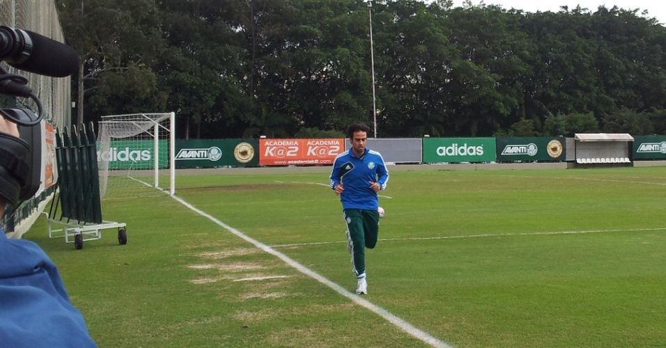 Valdivia corre em volta do gramado da Academia de Futebol do Palmeiras