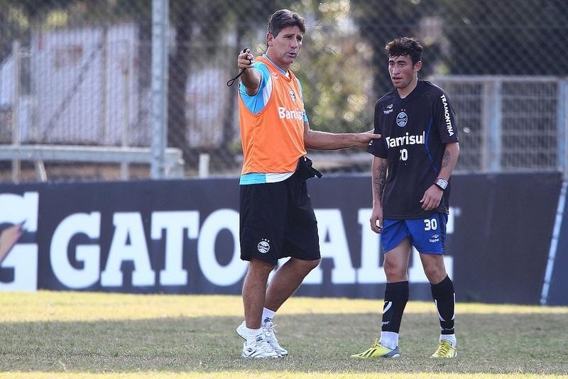 Atacante Paulinho recebe orientações de Renato Gaúcho em treinamento do Grêmio