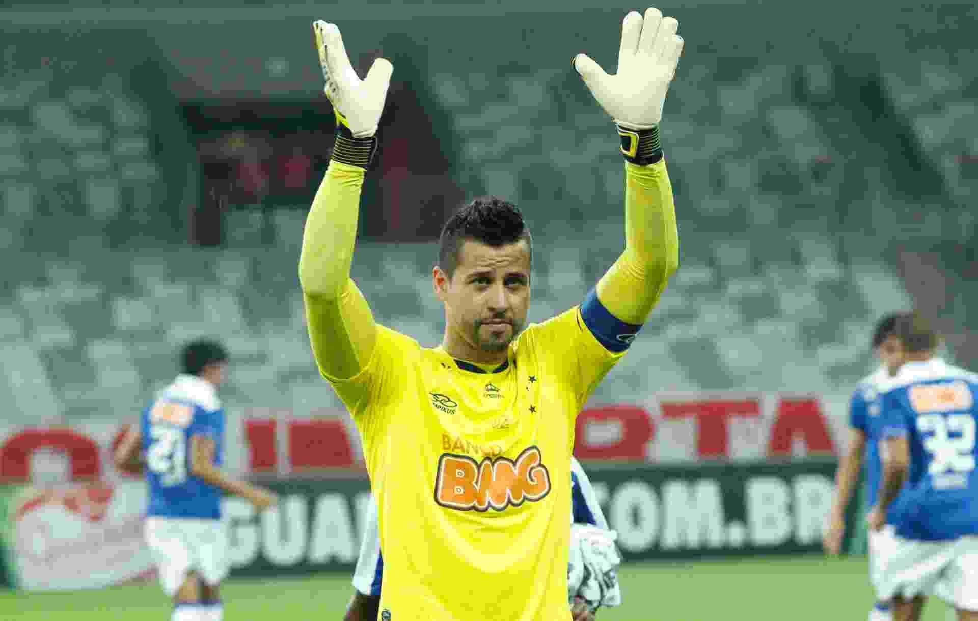 Goleiro Fábio, do Cruzeiro, acena para torcida após receber homenagem pelos 500 jogos pelo clube (14/07/2013) - Washington Alves/Vipcomm/Divulgação