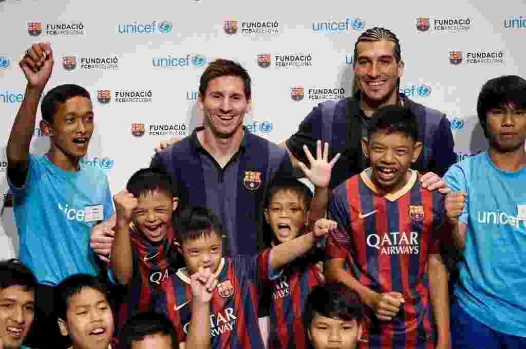 Messi e José Manuel Pinto, do Barcelona, participam de ação social com crianças na Tailândia - REUTERS/Chaiwat Subprasom