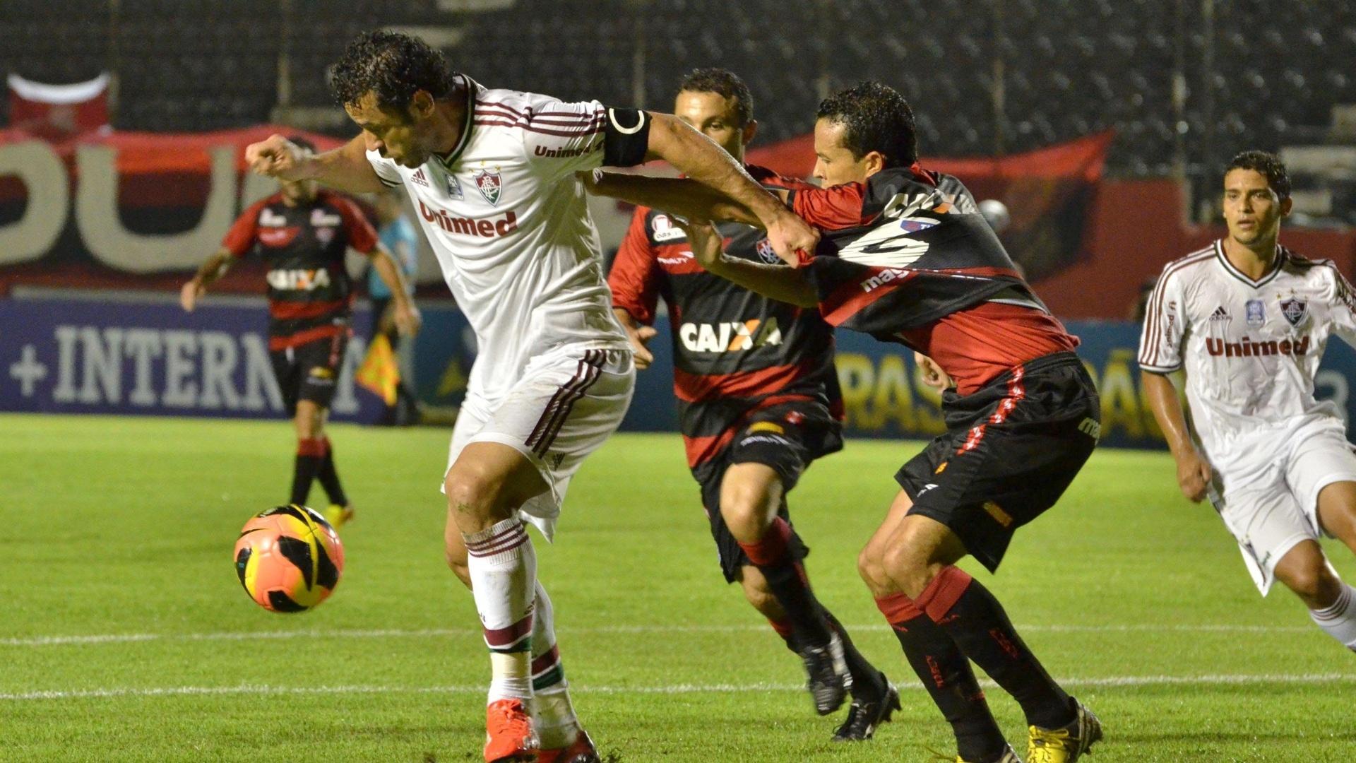 07.08.13 - Fred, do Fluminense, domina a bola na partida contra o Vitória pelo Brasileirão