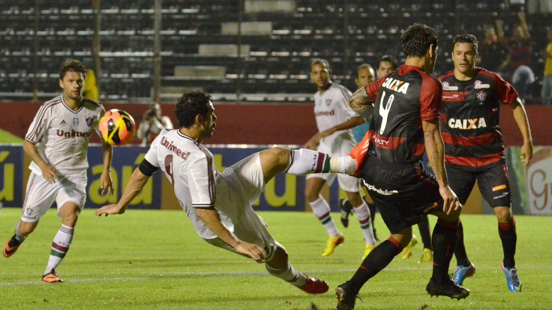 07.08.13 - Fred tenta voleio na partida entre Fluminense e Vitória pelo Brasileirão