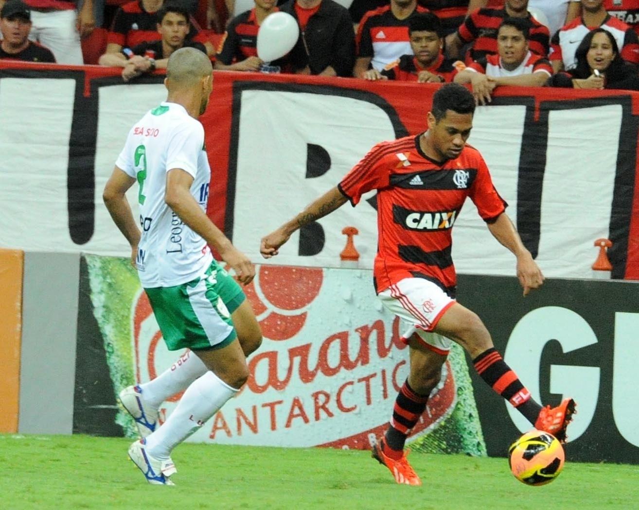 07.08.13 - Hernane faz jogada pelo Flamengo contra a Portuguesa em jogo válido pelo Brasileirão