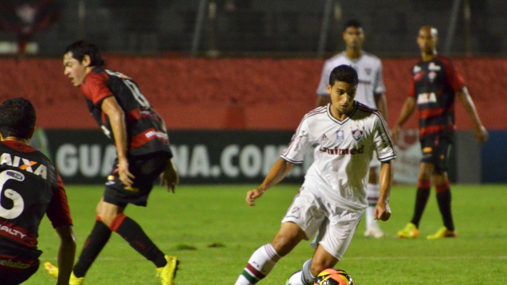 07.08.13 - Jean dribla Luis Cáceres na partida entre Vitória e Fluminense pelo Brasileirão