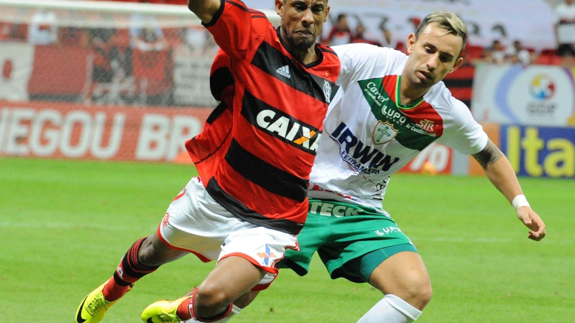 07.08.13 - Léo Moura encara marcação de Cañete na partida entre Flamengo e Portuguesa pelo Brasileirão